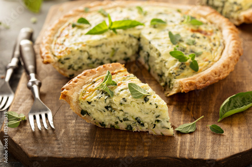 Valokuva Spinach and herb Florentine quiche