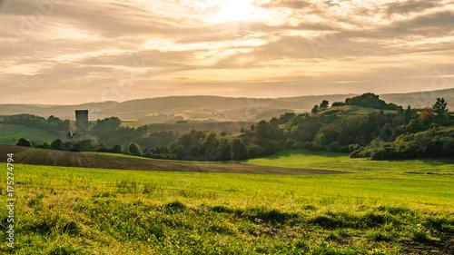 Fototapeta Tal mit Blick auf Burg Schwalbach im Herbst obraz