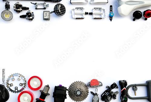 Części i akcesoria rowerowe na białym tle.