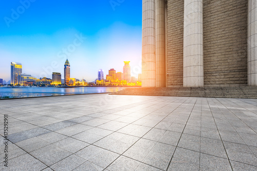 Photo  Empty square floor and modern city architecture scenery in Shanghai