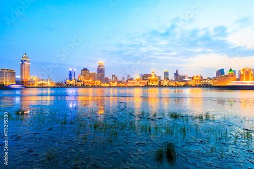 Plakat Huangpu rzeka i nowożytna miasto sceneria w Szanghaj przy nocą