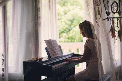 Zdjęcie XXL Piękna kobieta gra na fortepianie