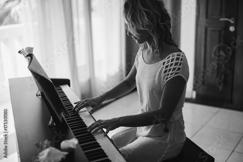 Zdjęcie XXL Piękna kobieta gra na fortepianie. Czarny i biały