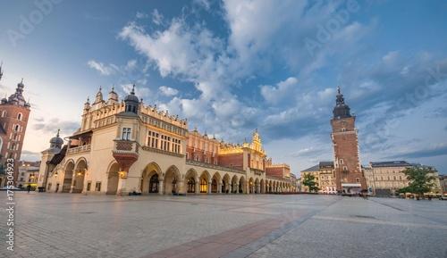 Obraz na dibondzie (fotoboard) Sukiennice i wieża ratuszowa na Rynku Głównym w Krakowie, oświetlone rankiem