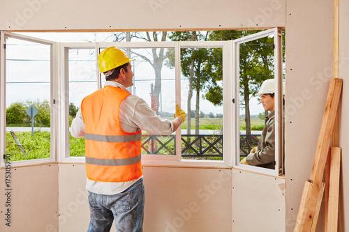 Photo Monteure von Glaserei beim Fenster Einbau