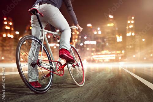 modernes-fahrrad-vor-nachtlicher-skyline