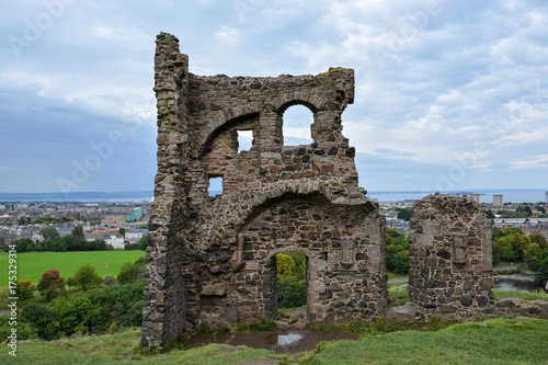 Obraz na dibondzie (fotoboard) Ruiny kaplicy św. Antoniego w parku Hollyrood niedaleko Edynburga