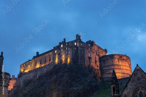 Plakat Zamek w Edynburgu oświetlone podczas godzin niebieski