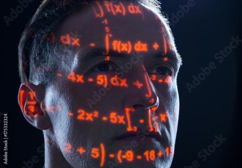 Mathematiker mit mathematischen Formeln und Gleichungen als Konzept für Mathematik