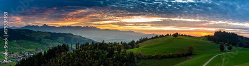 Foto op Plexiglas Panoramafoto s Sonnenuntergangs-Panorama über Linden und den Voralpen inkl. Stockhorn, Aebersold, Schweiz