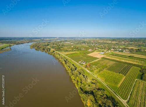 Plakat Krajobraz wiejski z rzeką Wisłą i polami uprawnymi. Pola i rzeka z lotu ptaka.