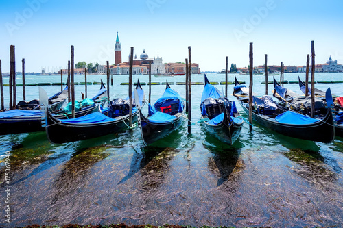 Plakat Piękny widok wodna ulica i starzy budynki w Wenecja, WŁOCHY
