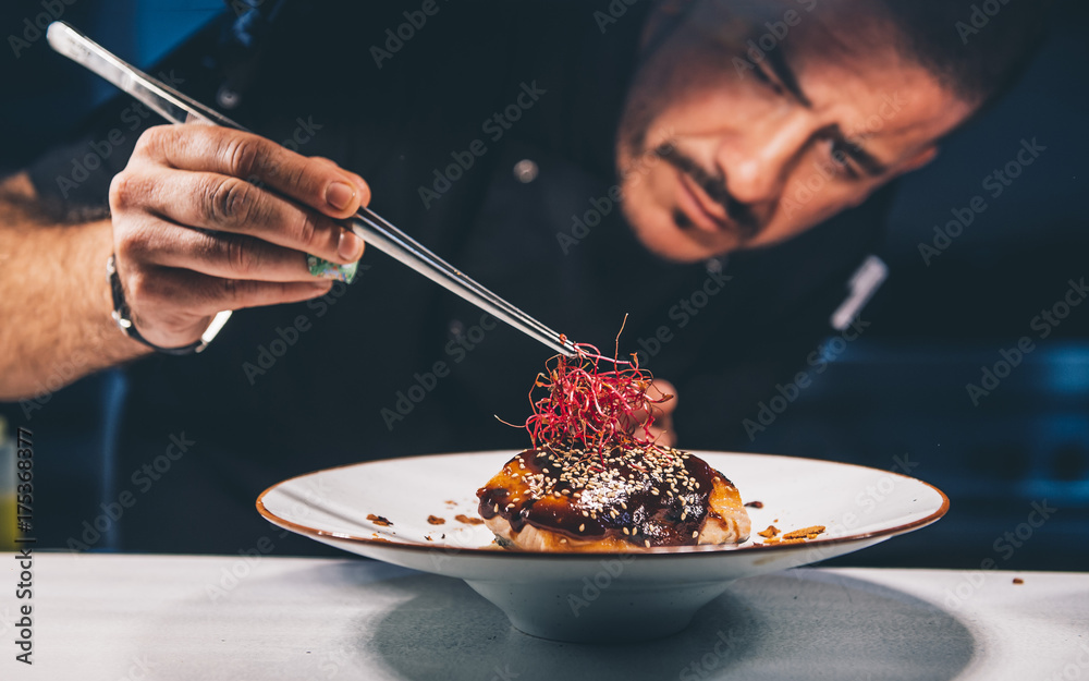 Fototapety, obrazy: Chef watches her food