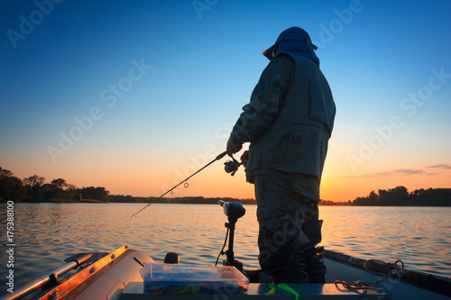 Poster Peche A fisherman fishing in a lake at sunset