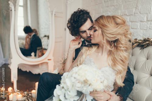 Zdjęcie XXL ślub w stylu europejskim, piękna para w Studio z małym psem