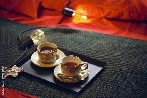 filizanki-swiezo-zaparzonej-herbaty-na-lozku-widok-z-gory