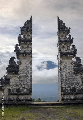 Foto op Plexiglas Indonesië Temple Pura Lempuyang and view of a volcano Agung. Bali. Indonesia