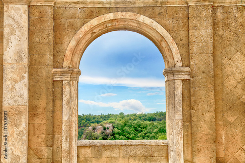 Photo  Italian view through the arch window, Tuscany, Italy