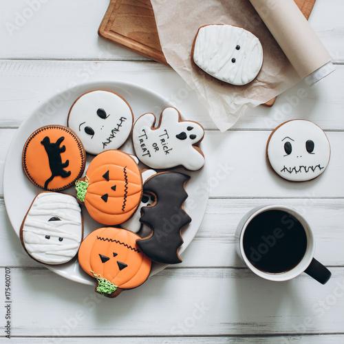 Zdjęcie XXL Przygotowanie do Halloween. Kawowi i straszni piernikowi ciastka na drewnianym tle.