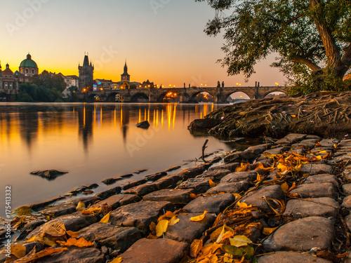 Plakat Charles most z Starym miasteczka mosta wierza odbijał w Vltava rzece przy ranku wschodu słońca czasem, Praga, republika czech.