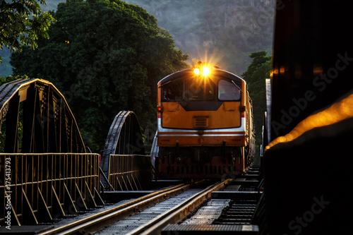 Zdjęcie XXL Pociąg diesel przejeżdża przez rzekę kwai śmierci kolejowej