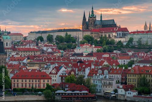 Obraz na dibondzie (fotoboard) Praga kasztel w zmierzchu z pięknym mrocznym niebem, Praga
