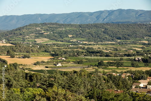 Photo Panoramic view of cultivated fields, vineyards and mountains in Provence, France
