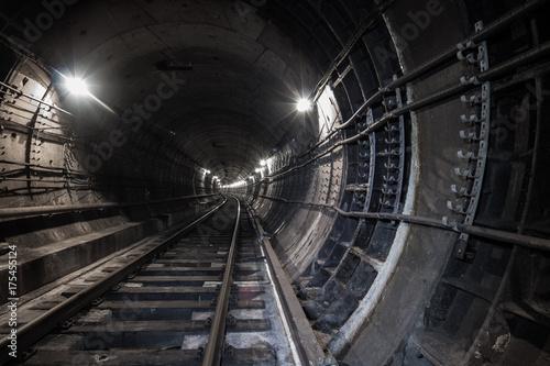 Plakat Tunel podziemny. Kolejowa droga w tunelu metra.