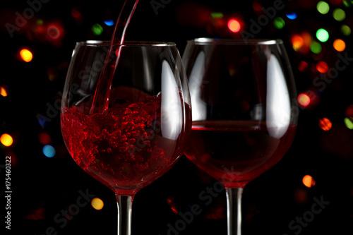 czerwone-wino-w-ciekawej-aranzacji-i-kolorowe-swiatla-w-tle