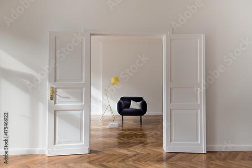 Deurstickers Vruchten Sonnendurchflutete Altbauwohnung mit Flügeltür und gemütlichem Sessel in
