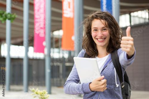 Zdjęcie XXL Portret młody uczeń z plecakiem iść szkoła i używać jej pastylkę - technologii i edukaci pojęcie
