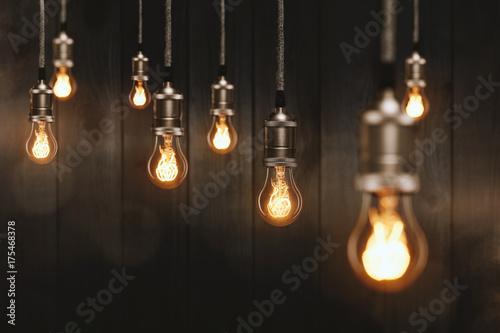 Edison Glühbirnen vor einer Holzwand