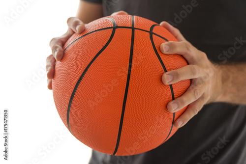 Plakat Mężczyzna trzyma koszykówkę