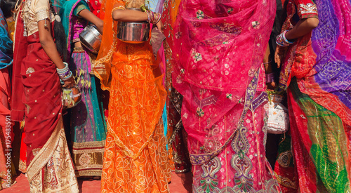 Cadres-photo bureau Delhi Beautiful crowd of colorfu women dressed traditional indian sari with patterns going for water with jars