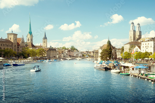 Photo sur Toile Europe Centrale Zurich city center with famous Fraumunster, Grossmunster and St. Peter and river Limmat, Switzerland