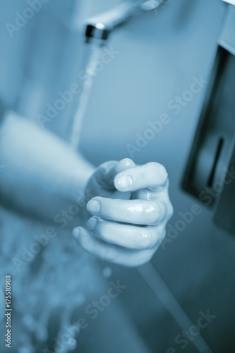 Photo Professional hand washing in the hospital