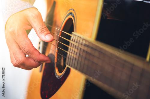 Fototapeta gra gitarzysta