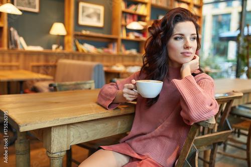 Plakat kobieta pije kawę w kawiarni