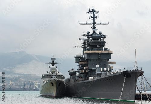 Fototapeta Dwa militarne statki w schronieniu