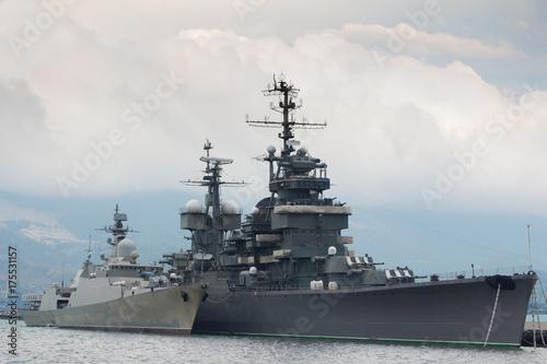 Fototapeta Dwa okręty wojskowe w porcie
