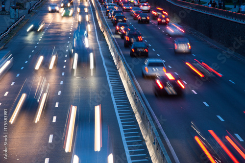 Plakat Samochodowy światła ruchu przy nocy miastem