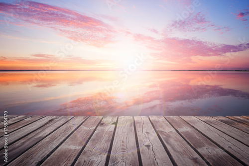 Poster Mer / Ocean Colorful beautiful cloudy sunset over ocean coastline
