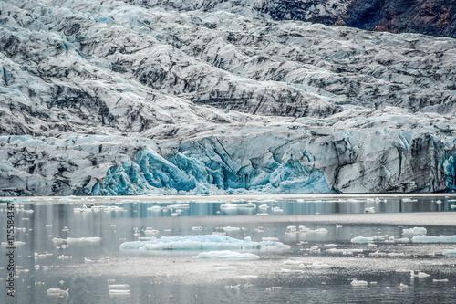 Zdjęcie XXL Lodowiec kończący się laguną ze spadającymi kawałkami gór lodowych.