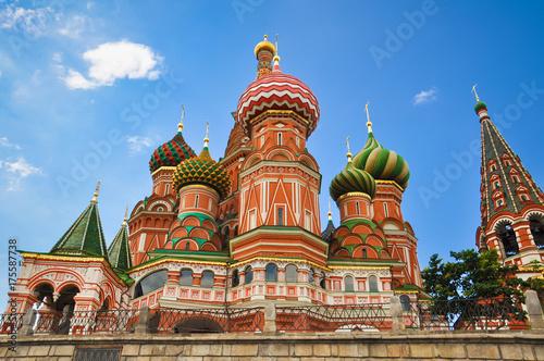 Plakat Cerkiew Wasyla Błogosławionego - kościół na Placu Czerwonym w Moskwie, najstarszy zabytek architektury. Wielokolorowe kolorowe kopuły, katedra wykonana z czerwonej cegły.