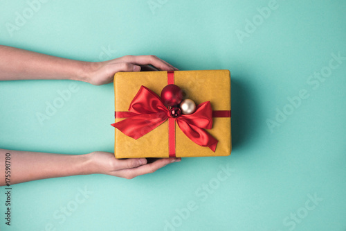 Photo  hands holding christmas gift
