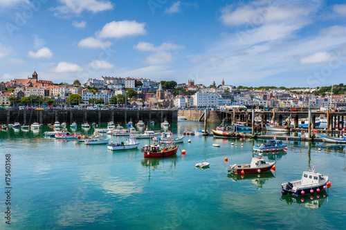 Fotomural  Harbor and Skyline of Saint Peter Port, Guernsey, Channel Islands, UK