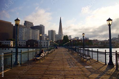 Obraz na dibondzie (fotoboard) Widok na miasto z molo