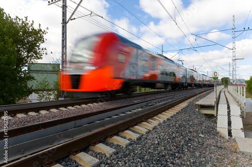 Plakat Pociąg szybko podróżuje po moskiewskim pierścieniu centralnym.