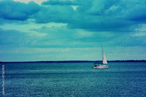 widziany-z-oddali-jacht-na-morzu-w-godzinach-wieczornych