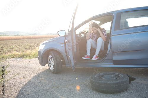 Zdjęcie XXL Stresująca się kobieta w samochodzie